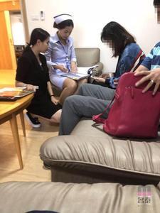 护士正在进行客户资料核对 (请点击图片)